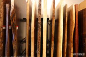 裏手の入口側の一枚板展示スペース