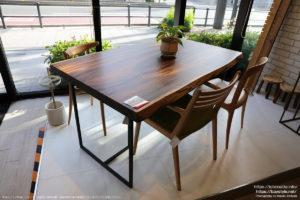 アトリエ木馬横浜ギャラリーに展示されている一枚板テーブル