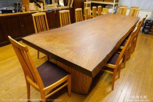 ノックオンウッド海老名本社応接室にある巨大なウォールナットの一枚板テーブル