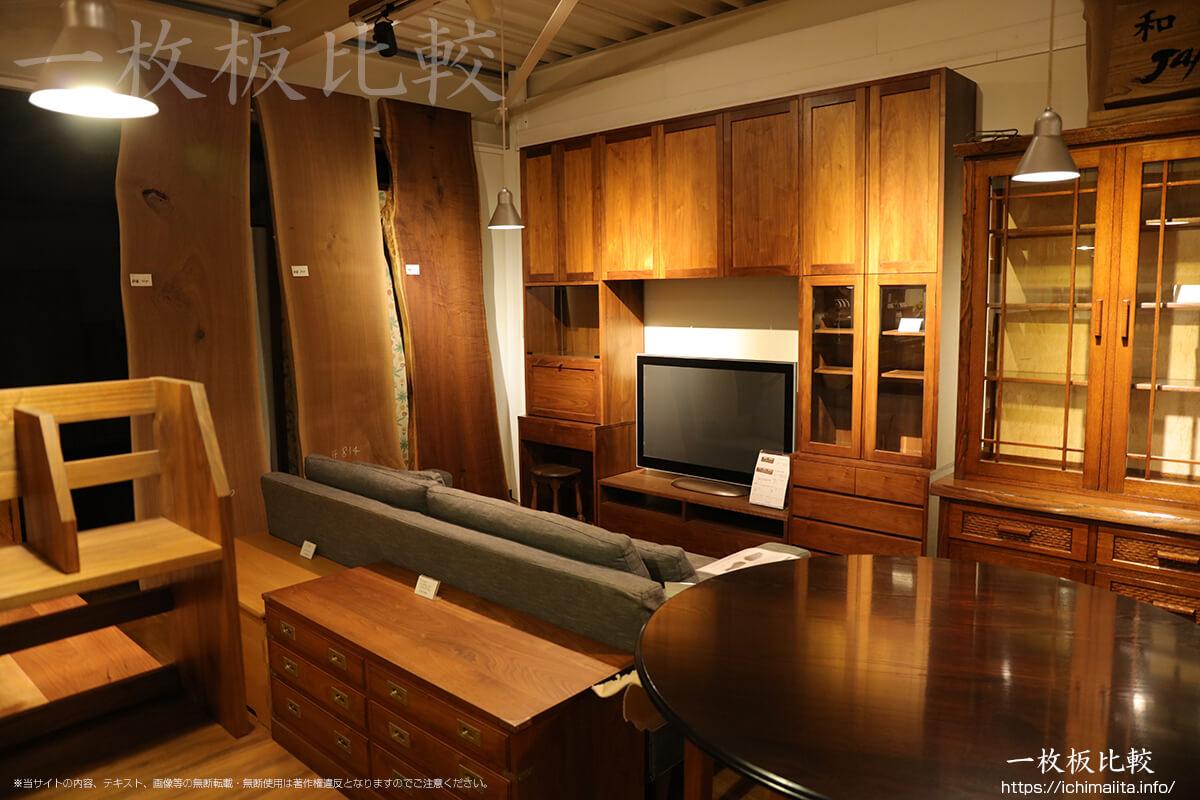 ノックオンウッド海老名本店2階展示室の一枚板を見学