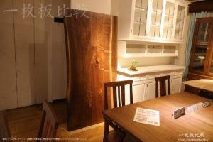 ノックオンウッド海老名本店2階展示室の一枚板テーブル