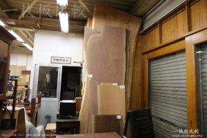 ノックオンウッド海老名本店工房に展示されている一枚板テーブル