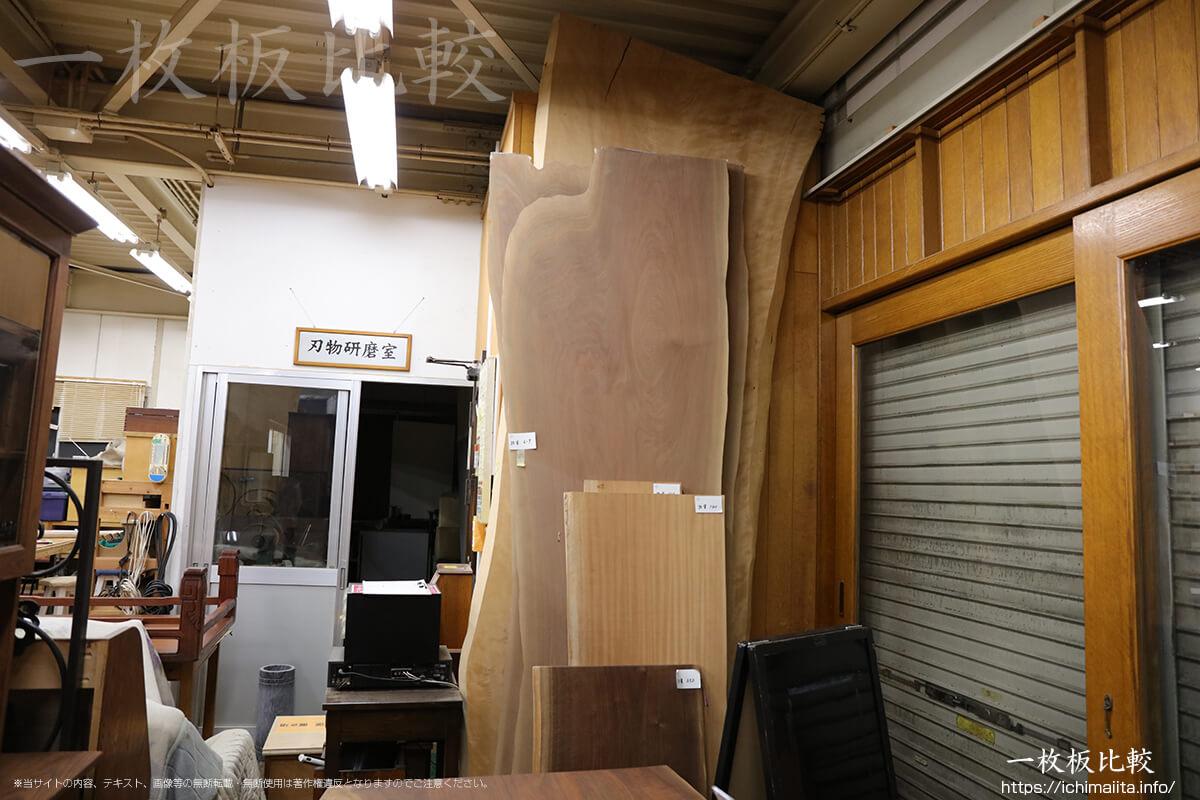 ノックオンウッド海老名本店工房に展示されている一枚板