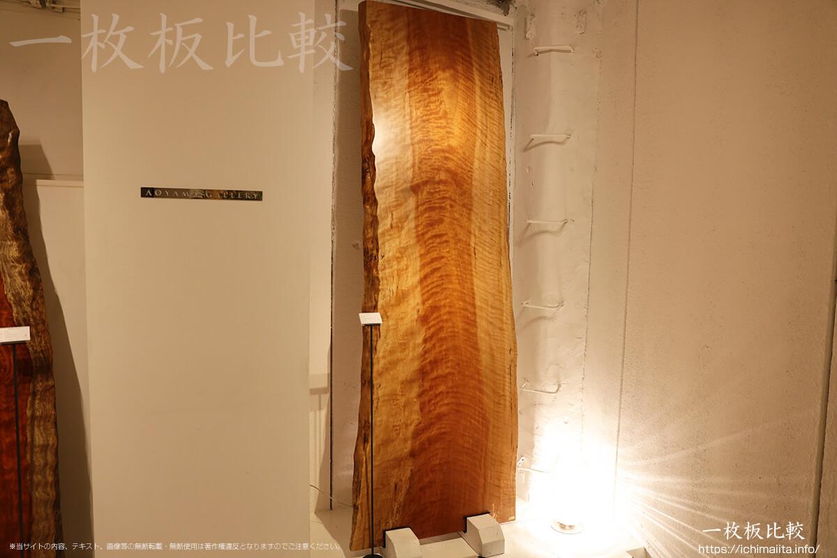 辺材の幅が広いアサダの一枚板
