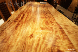 赤いトチの一枚板テーブル