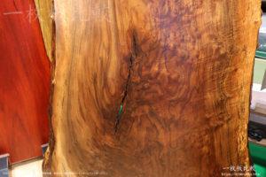 クラロウォールナットの一枚板テーブル