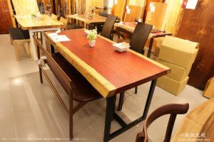 パドックの一枚板テーブル