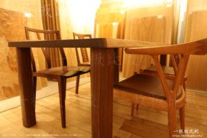 丸みがあるタイプのテーブルの脚