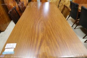 アフロモシアの一枚板テーブル