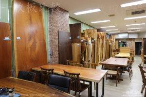 祭り屋東五軒町店の一枚板テーブル