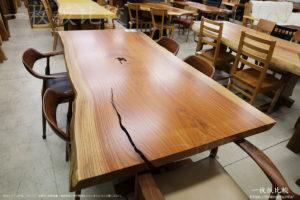 割れ目がとても綺麗なケヤキの一枚板テーブル