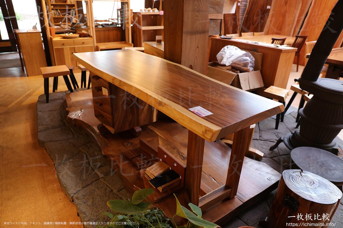 モンキーポッドのカウンターサイズのテーブル