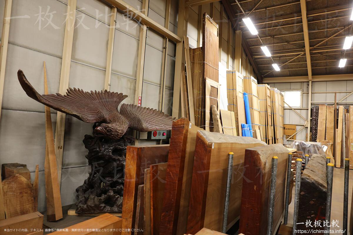 木製の大きな鷹