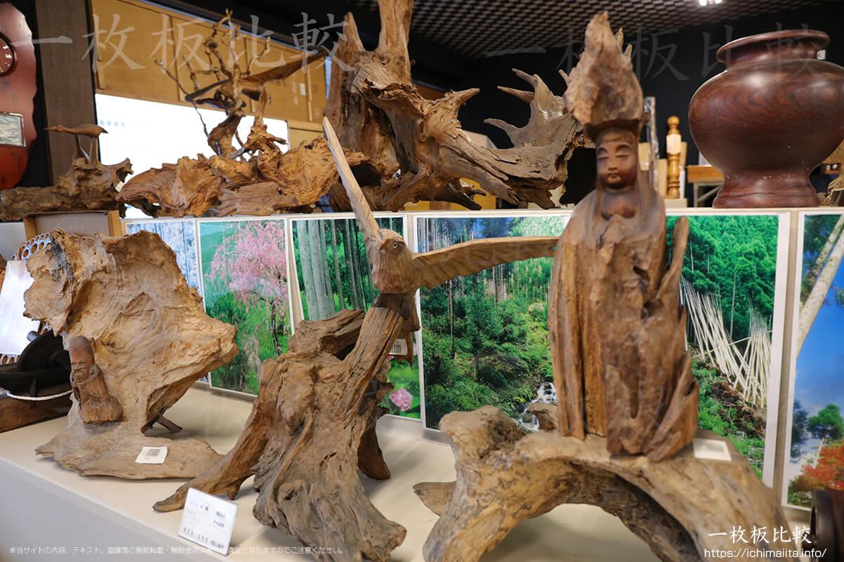 木彫りの仏像と流木