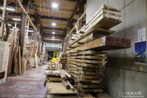 乾燥中のもの凄い厚い欅の一枚板