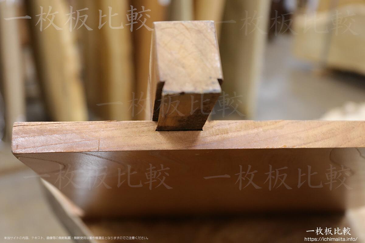 裏吸付き桟加工が施されたケヤキの一枚板