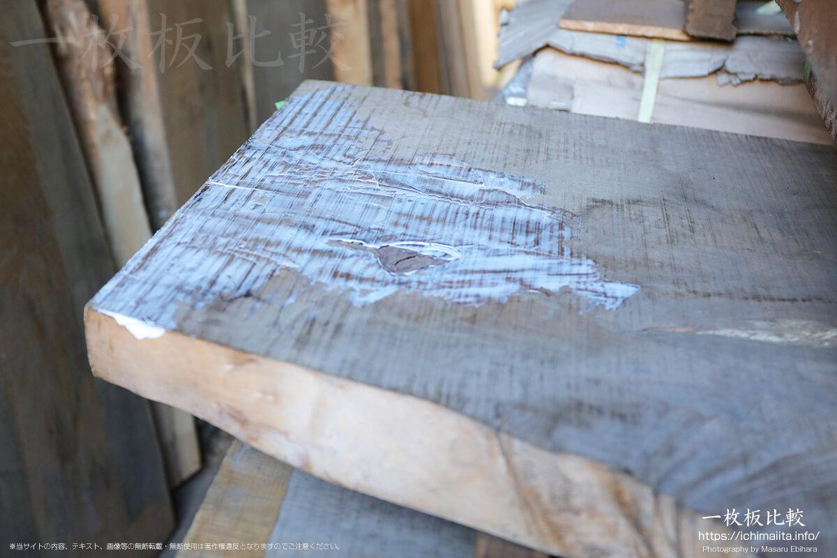 一枚板に塗られたばかりの割れ止め