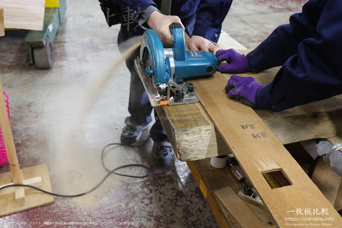 一枚板の木口を電動丸ノコでカット