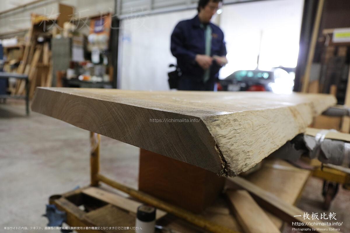 電動丸ノコでカットされた一枚板の木口