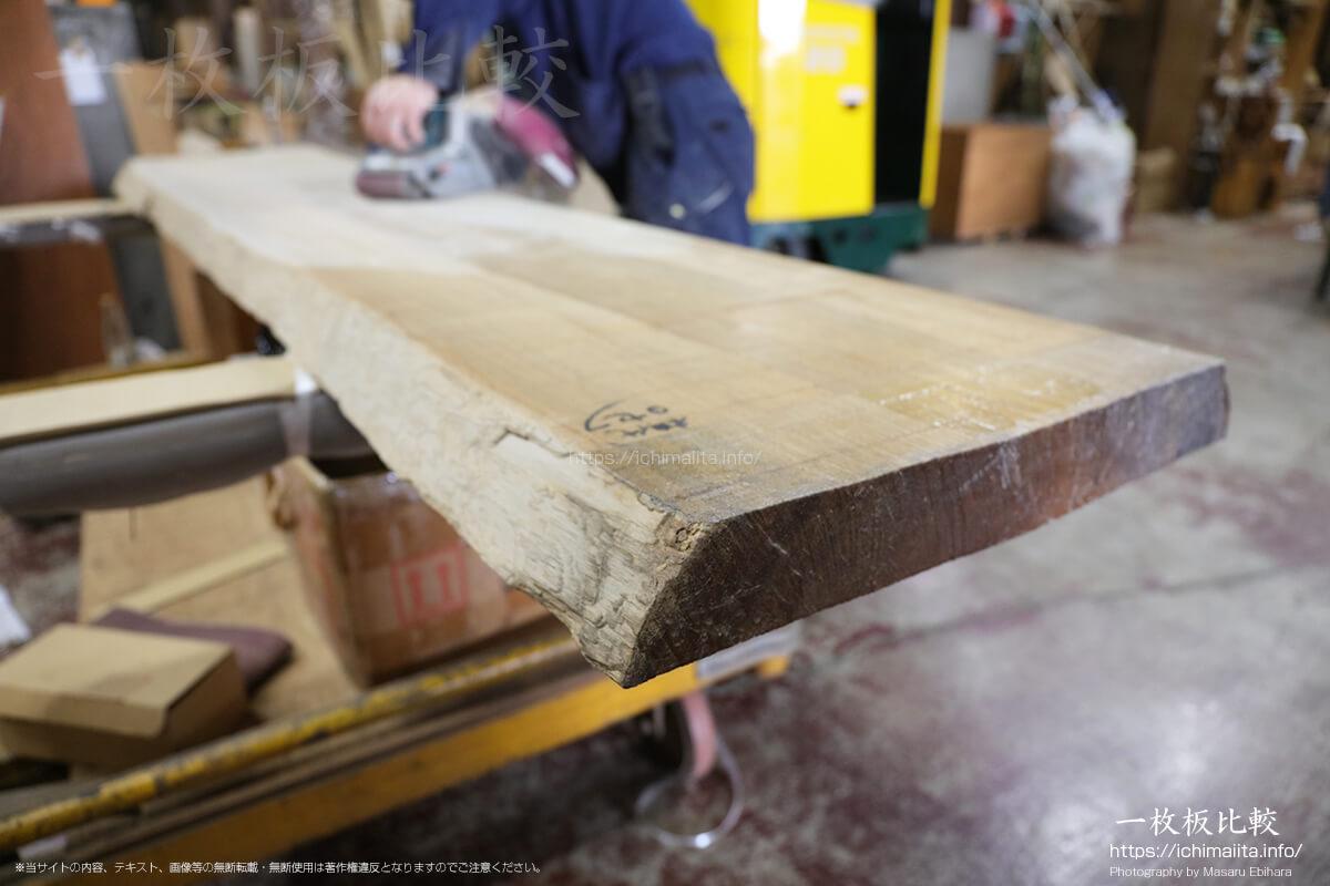 ベルトサンダーで満遍なく一枚板の木表と木裏を削る