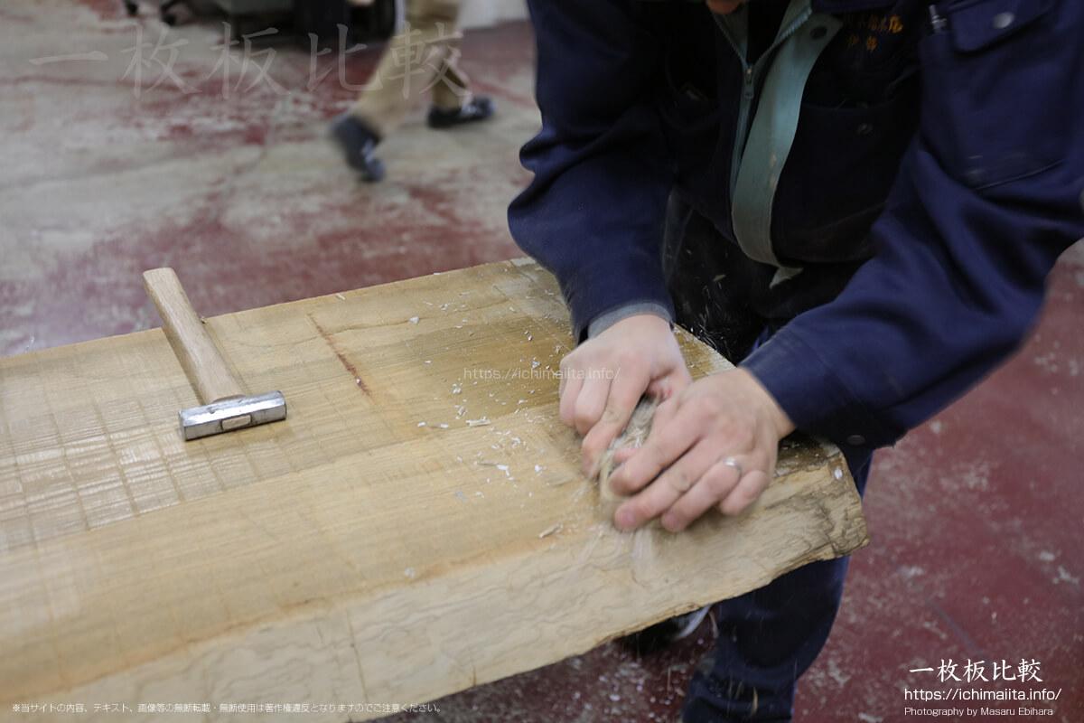 カンナで一枚板の木口、元末に付いた割れ止めを削ぎ落とす