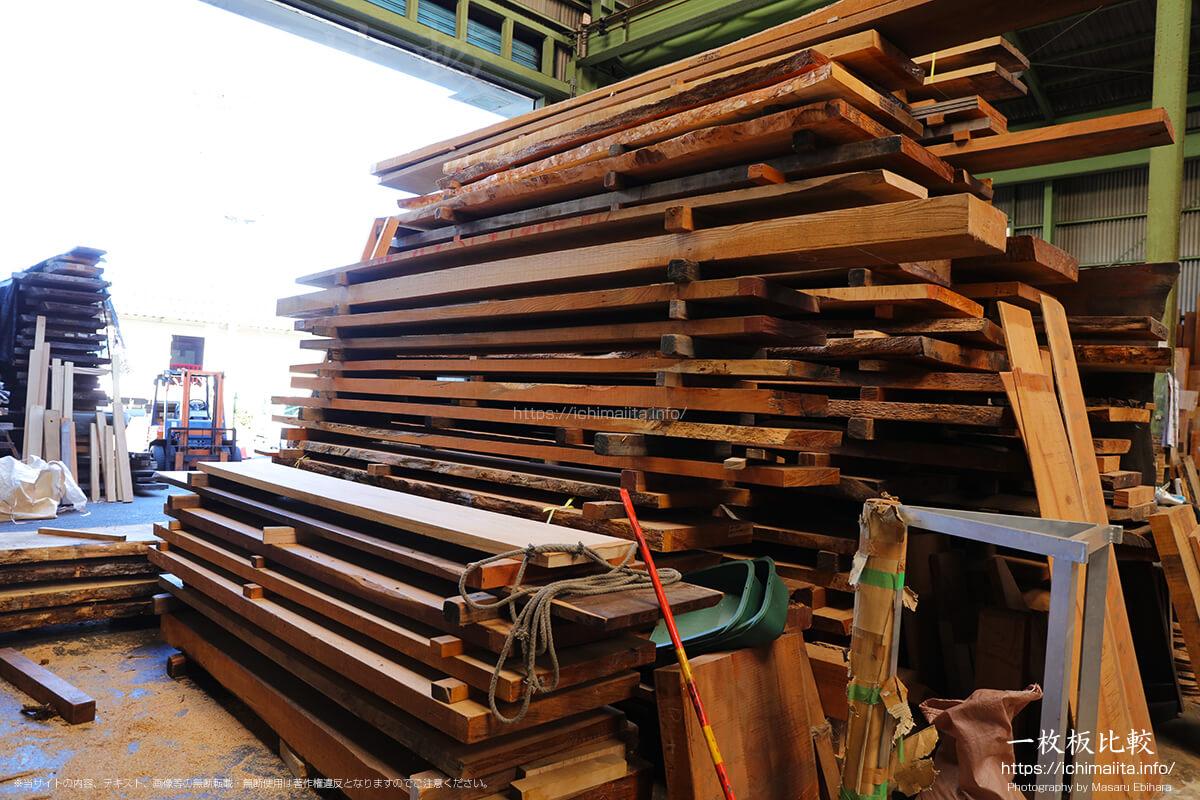 工房の前で、桟木で桟積みされた一枚板