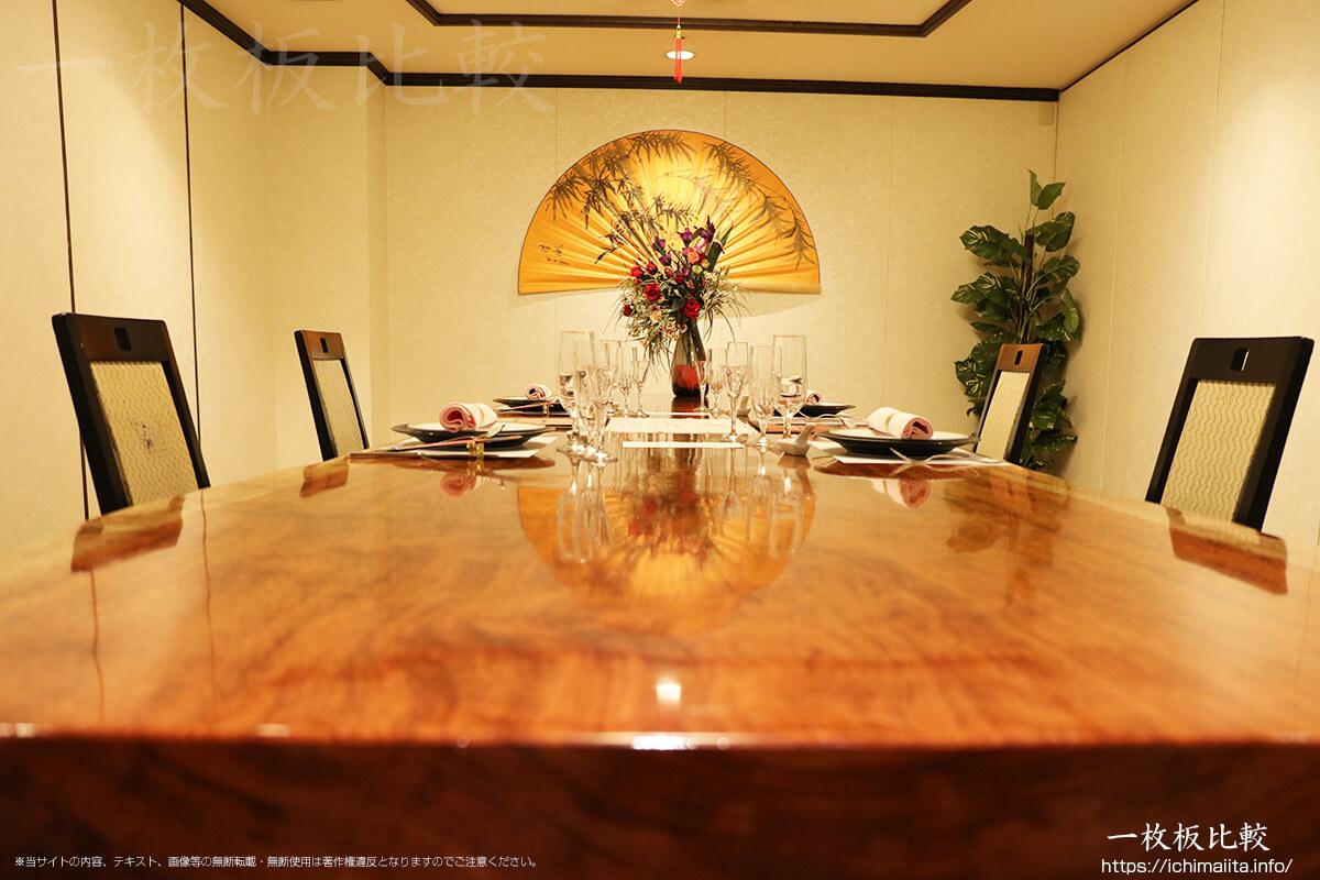 宴会用にセットされた一枚板テーブル