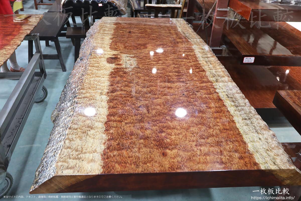 厚いウレタン塗装がのったブビンガの一枚板テーブル