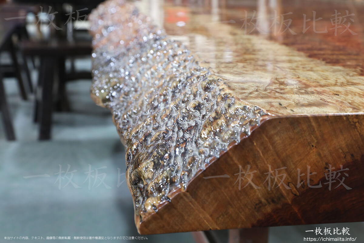 交差木理がとても美しいブビンガの一枚板