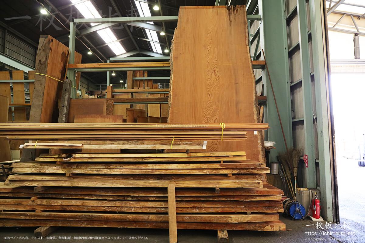 巨大な欅(ケヤキ)の一枚板
