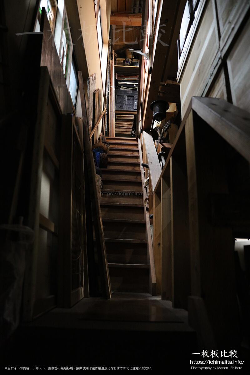 ひでしな商店の2階へと続く階段