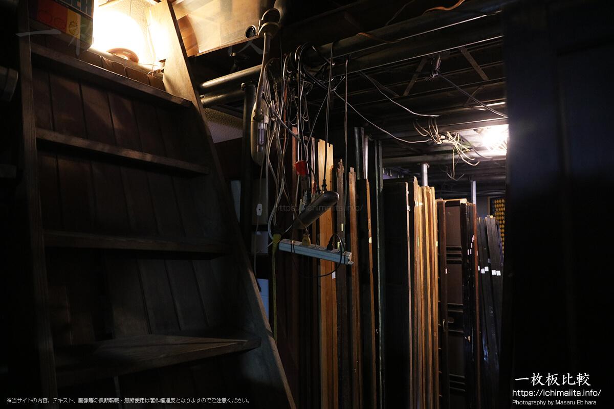 1階事務所奥の階段を登った先にある2階の様子