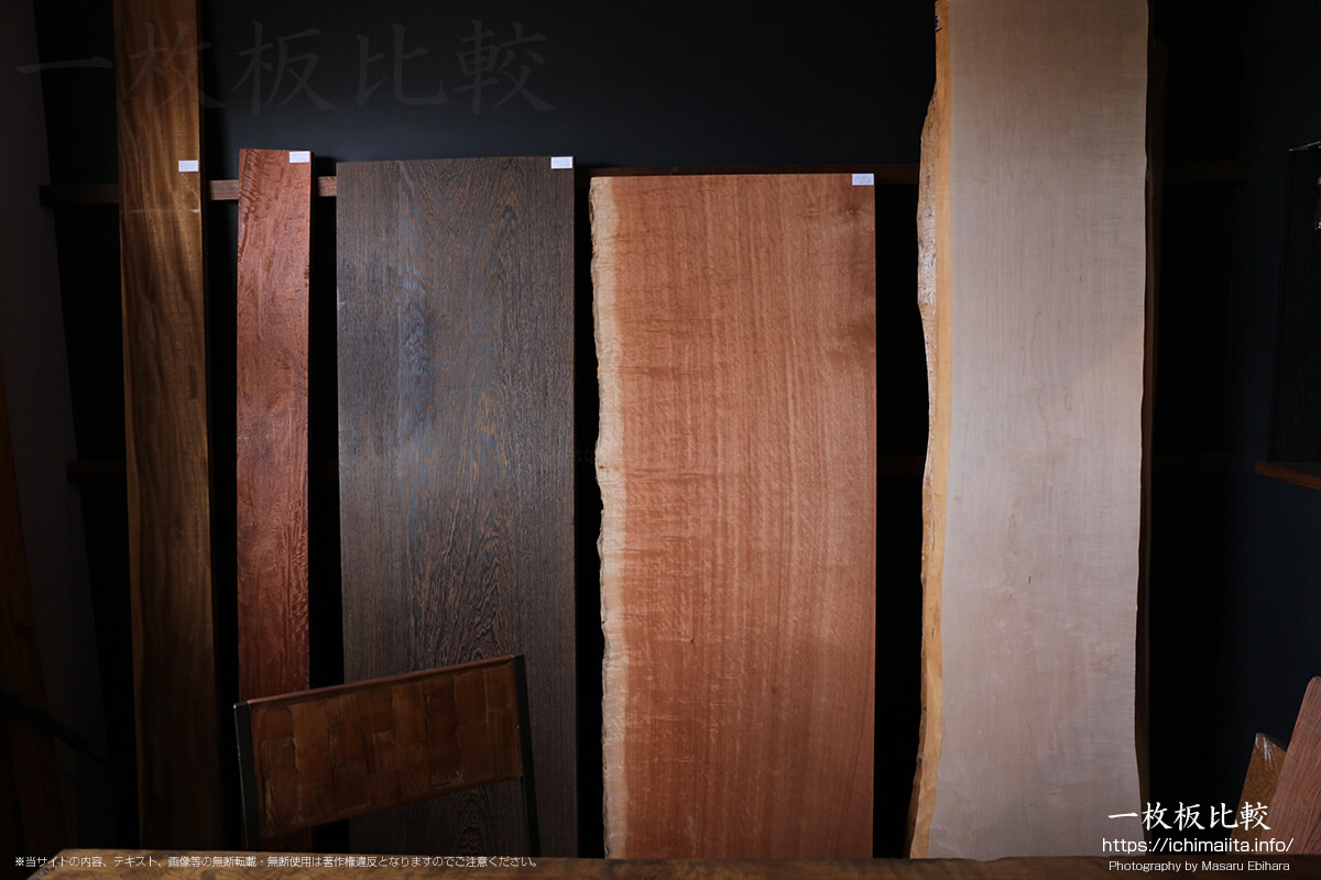 右から楓(カエデ)、ボセ、ウエンジ、花梨(カリン)、モンキーポッドの一枚板