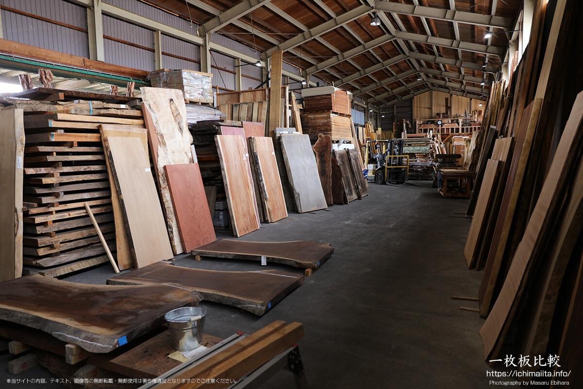倉庫中央付近の一枚板