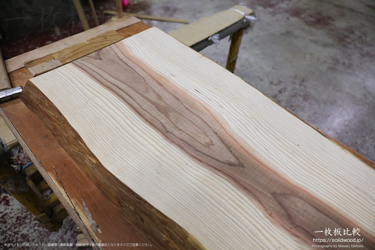 うづくり加工前の杉の無垢材