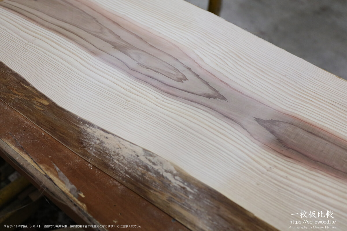 ベルトサンダー、マルチサンダーで仕上げた杉の一枚板の表面