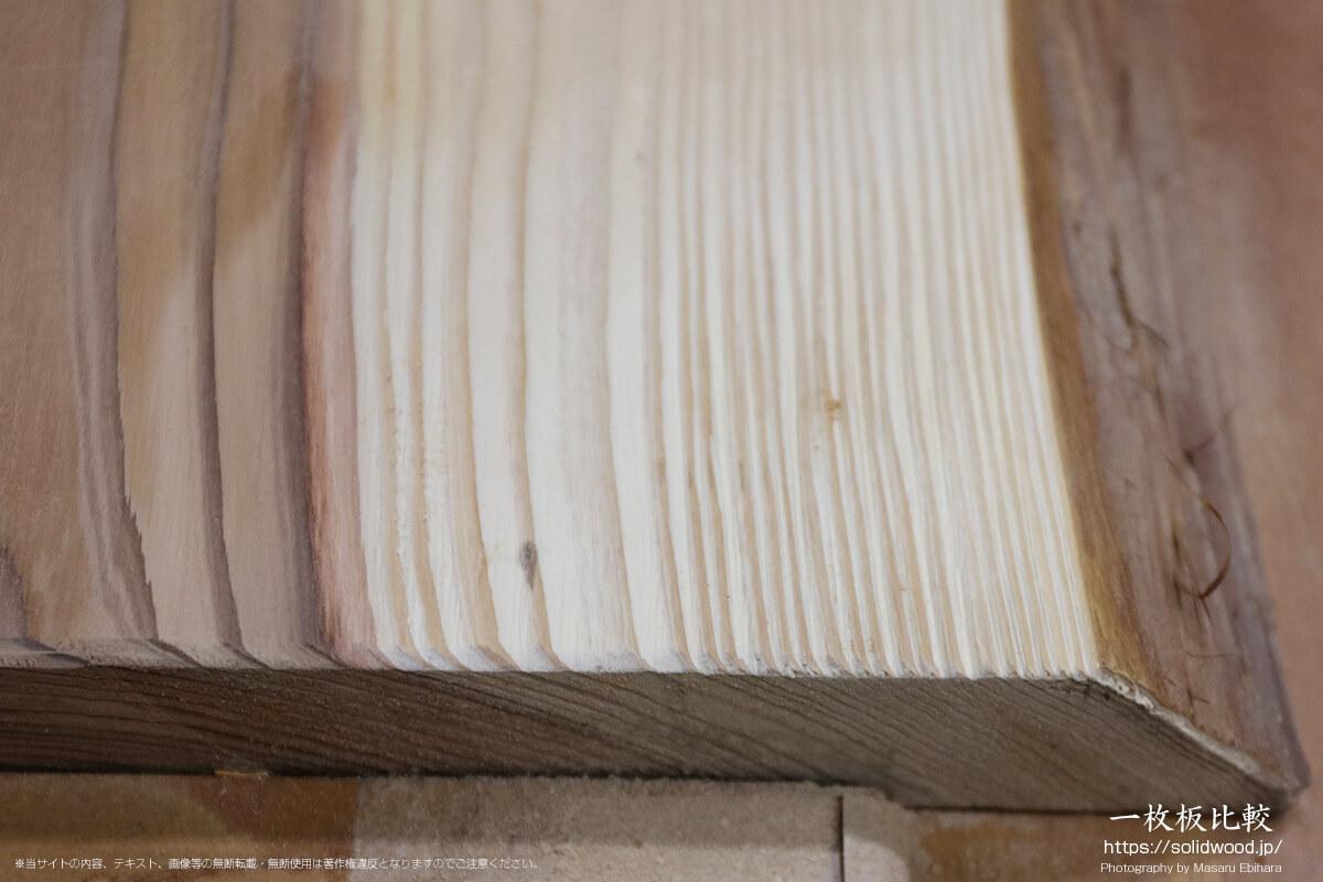 うづくり加工を行なった杉の一枚板