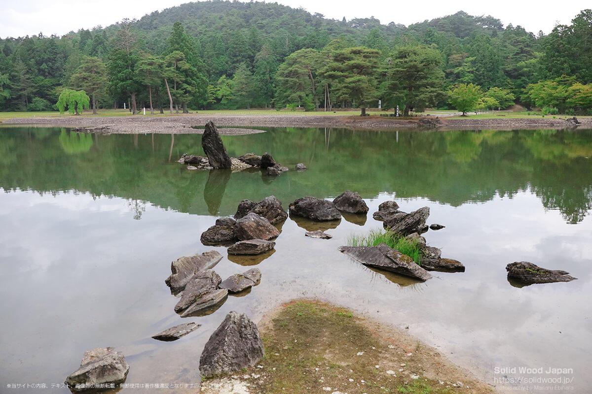 出島石組と池中立石(毛越寺)