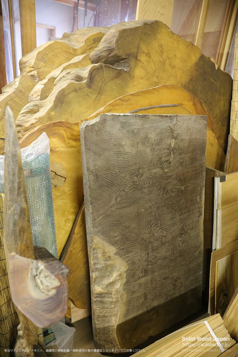 奥にあるのが台湾檜の一枚板で、手前が神代欅の一枚板