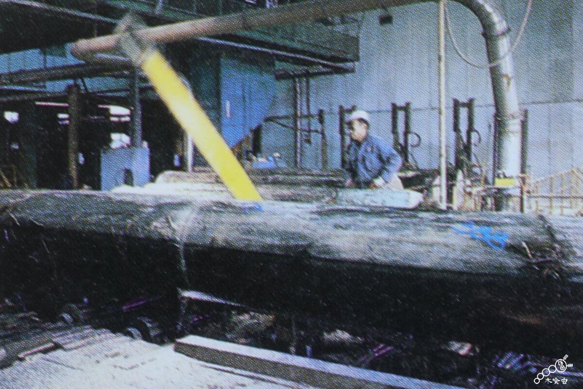 素材の丸太を製材する