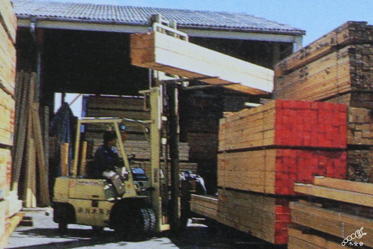 フォークリフトを使い商品管理する材木問屋。