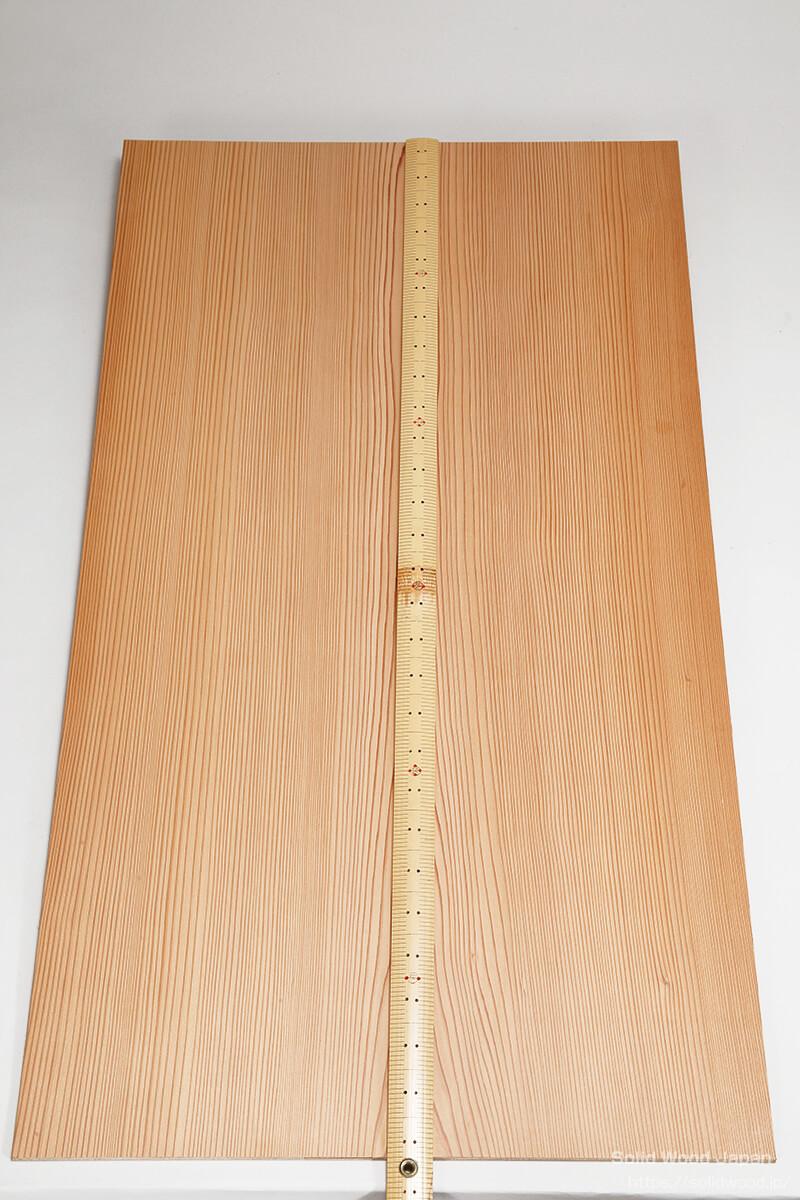 一枚の中杢目の板に、中央杢目に物差しを置き、左右が柾目(まさめ)に成る物を昔から中杢目(なかもくめ)と呼ぶ