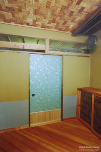 茶室立礼室(りゆうれいしつ)の天井網代組例(杉赤身材と白杢材のコンビで使った例)