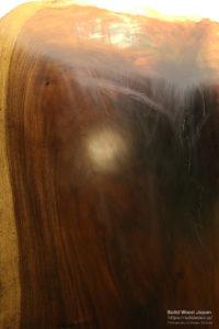 冬場に真ん中に亀裂が入って割れたモンキーポッドの一枚板