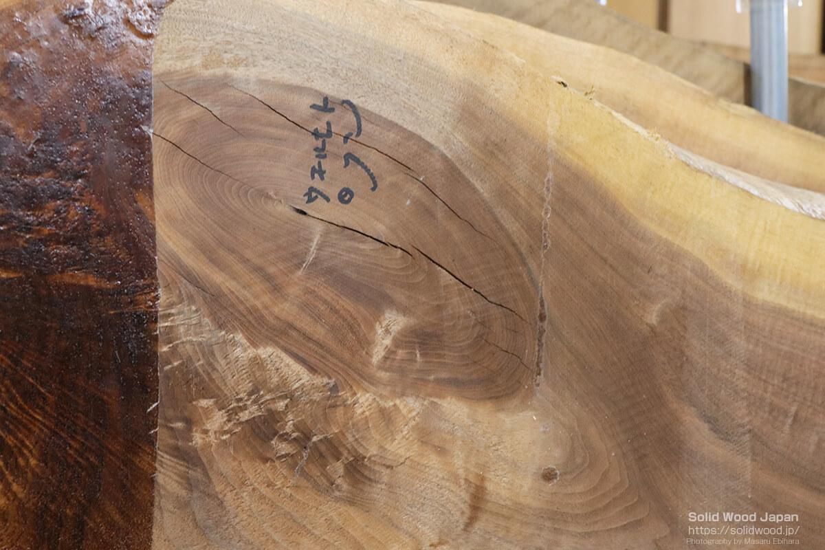 節の部分が割れているウォールナットの一枚板