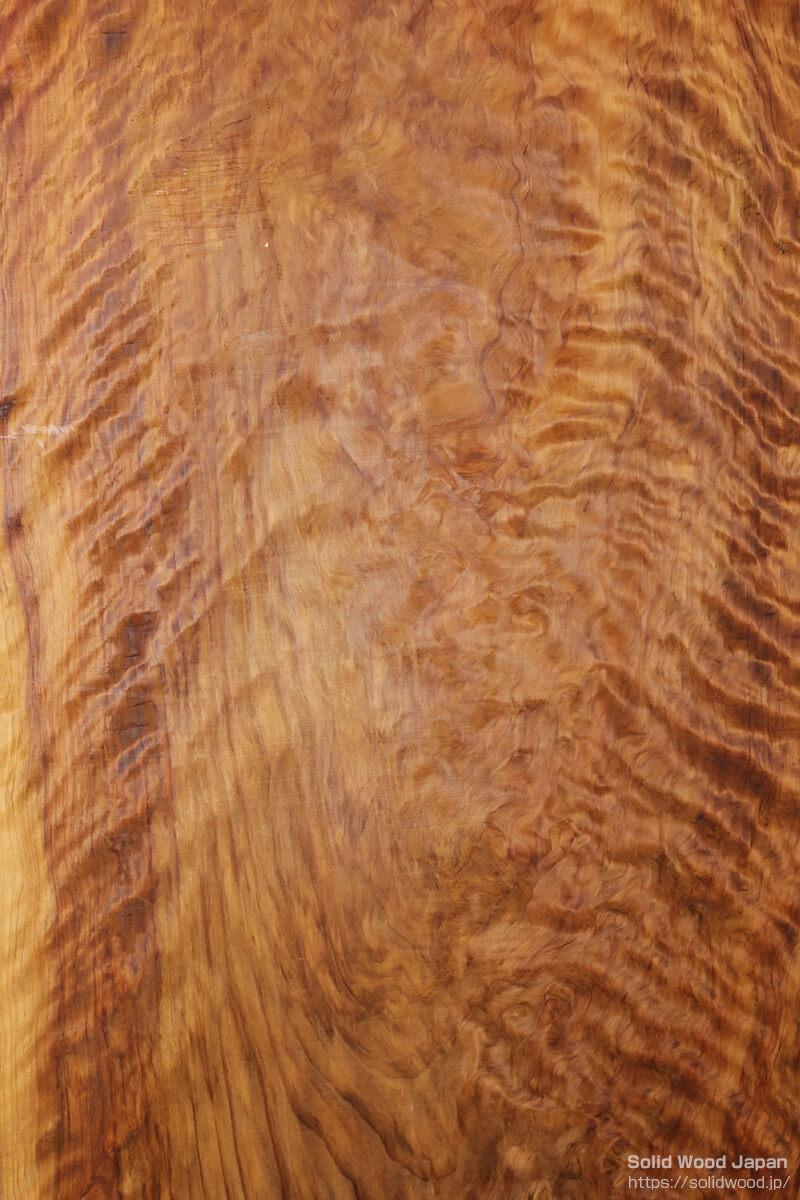 日光杉の背板に現れた縄目杢(なわめもく)