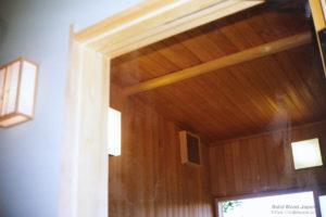 風呂内壁面は、すべて高野槙の柾材張り