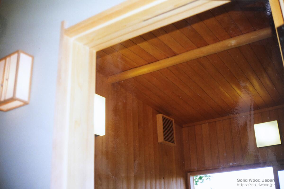 風呂内壁面は、すべて高野槙(こうやまき)の柾材張り
