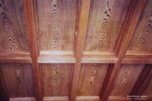 全て脂松(ヤニマツ)で打ち上げた価値が高い格子天井板