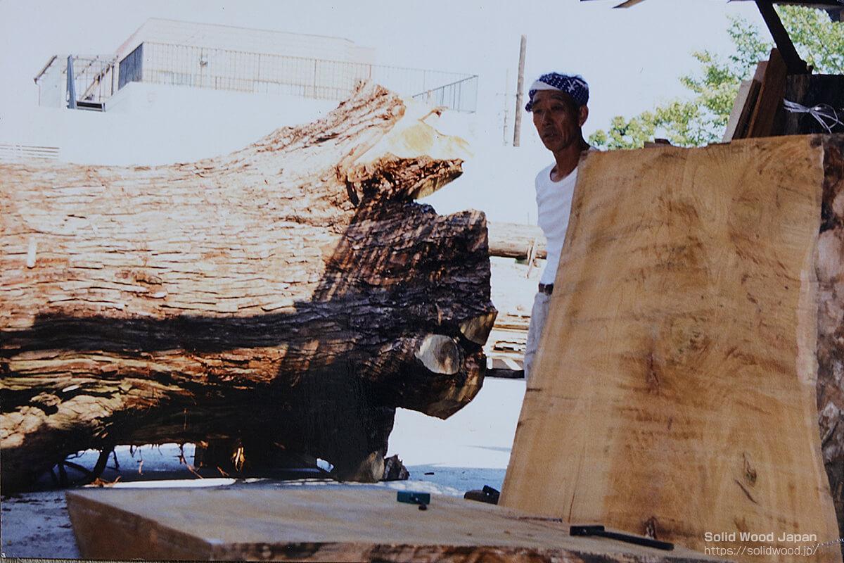新両国国技館内の天皇陛下が大相撲観戦に出る前の控室格子天井に使われた材